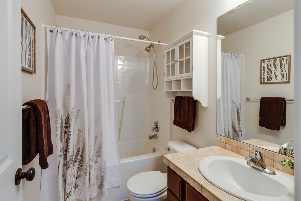 Why Sliding Tub Doors Are Superior to Shower Curtains